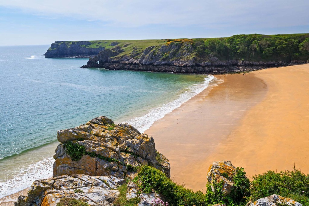 40564607 - overlooking the stunning beach at barafundle bay on the pembrokeshire coast of south wales uk europe