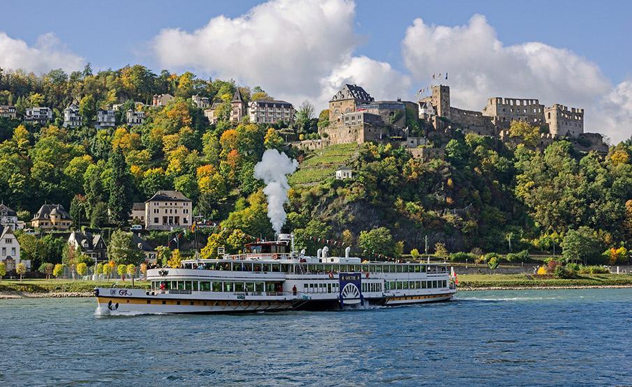 Rhein / St. Goar / Burgruine Rheinfels und KD-Schaufelradschiff